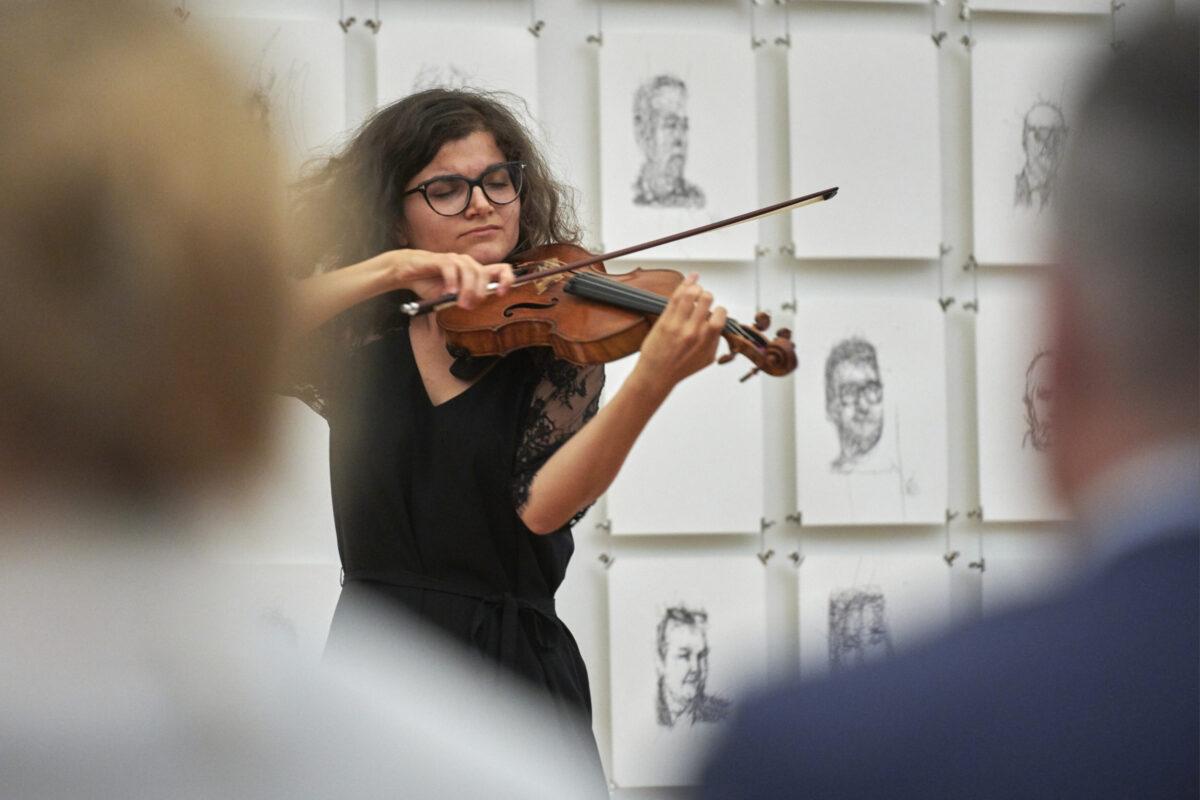 Eszter Kruchio, Violine, am Anlass «Zeitsinn», Museumskonzert mit Kaffeekränzchen im Park des Kirchner Museums in Davos, vom Samstag 8. August 2020 am DAVOS FESTIVAL 2020, vom 31. Juli - 15. August 2020. Thema «Von Sinnen»