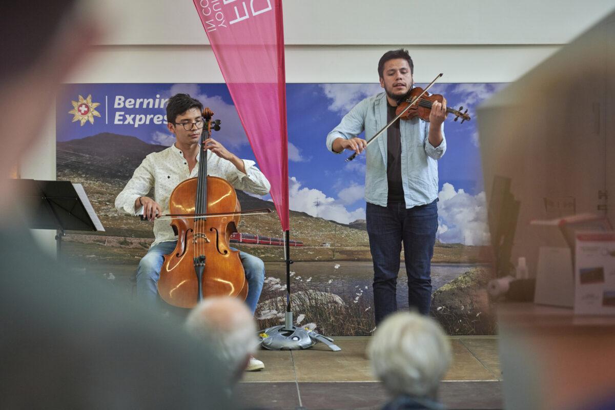 AM Bahnhof in Davos bietet die offene Bühne des Klassikfestivals Kammermusik.