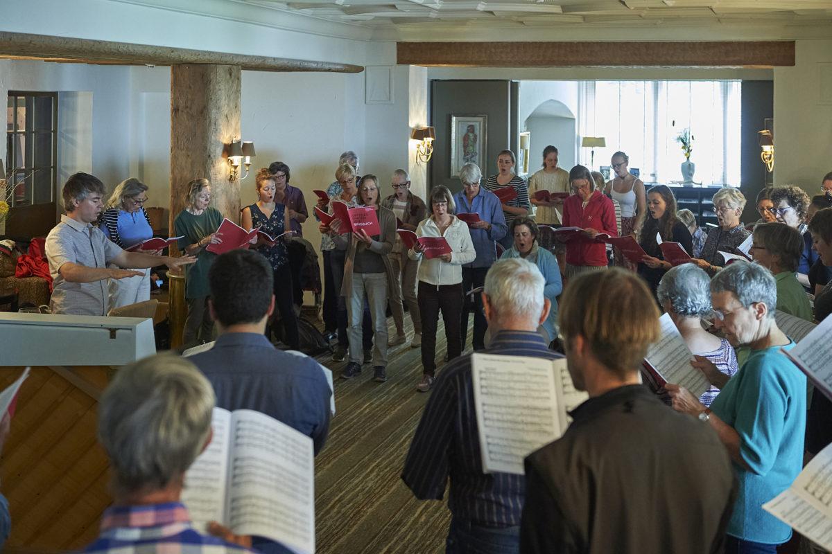 Offenes Singen im Living Room mit Andreas Felber am Davos Festival 2018, vom 4. - 18. August 2018. Thema «Heute Ruhetag».